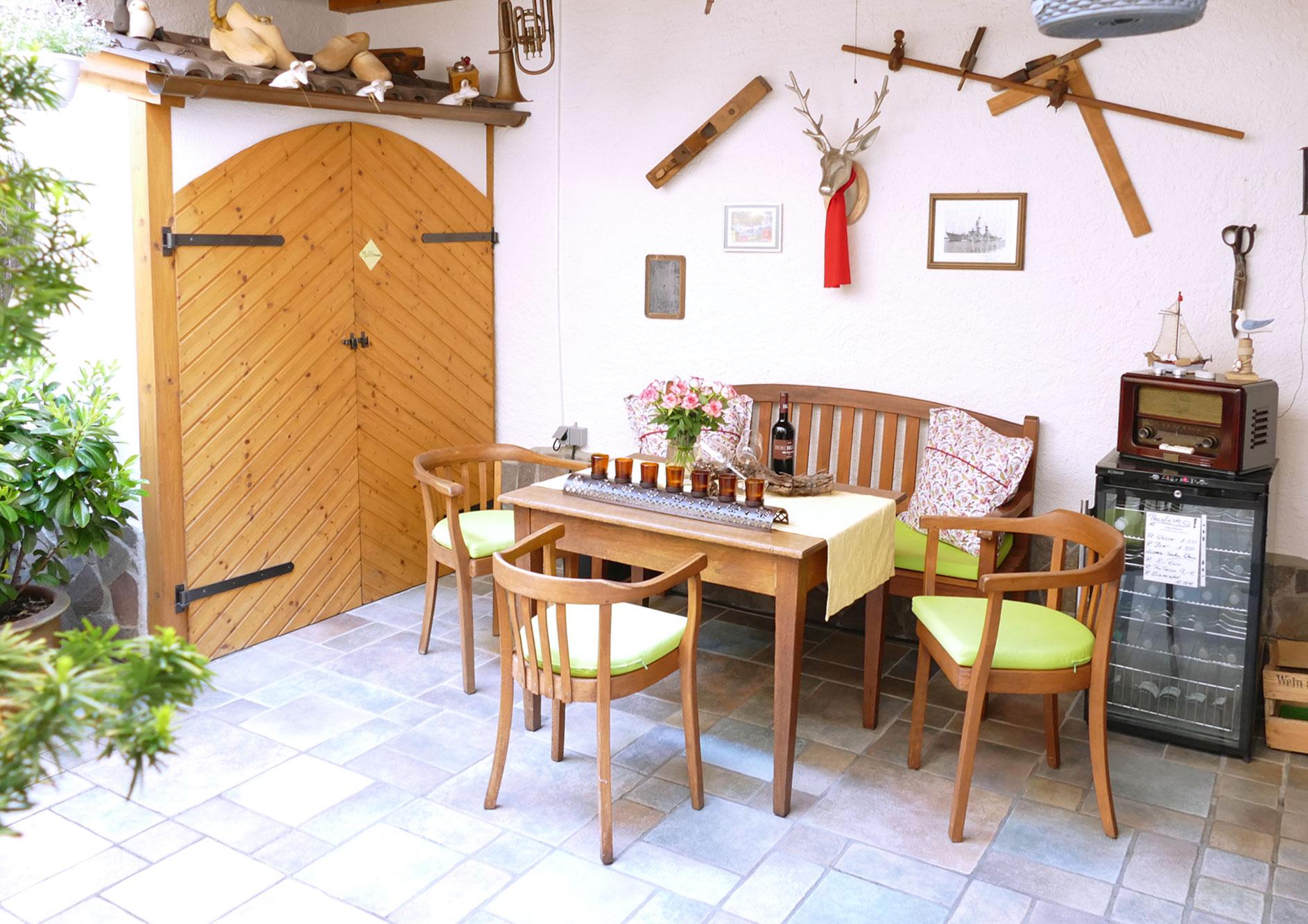 Innenhof mit Sitzgruppe und Weinkühlschrank